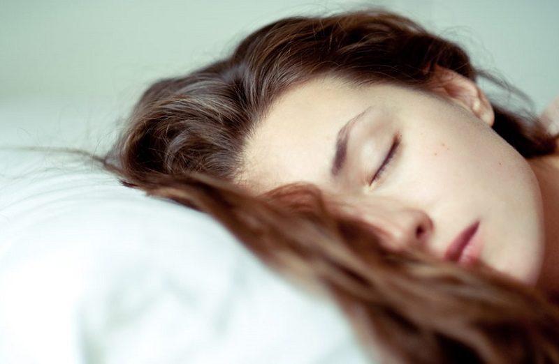 ۷ عادت شبانه که باعث نابودی موها میشود!