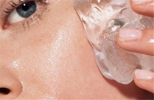 7 مزیت استفاده از یخ روی پوست