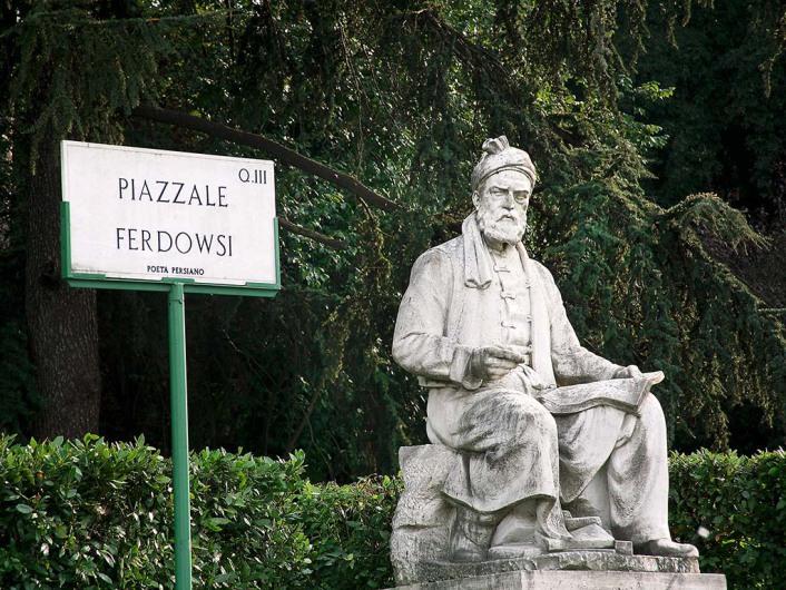 از دیگر دیدنی های ویلا بورگزه وجود مجسمه فردوسی در نزدیکی ورودی پارک است.