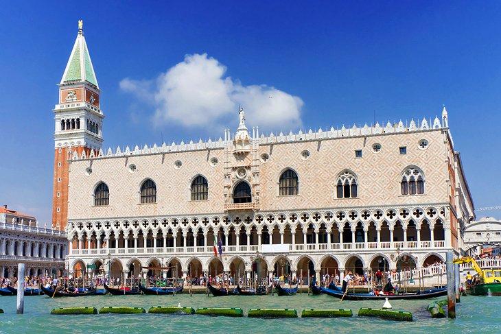 قصر دوج محل زندگی دوج، دوک حاکم ونیز بود.